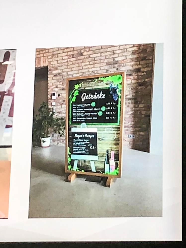 Digitale Speisekarte als Digital Signage Holzrahmenschild