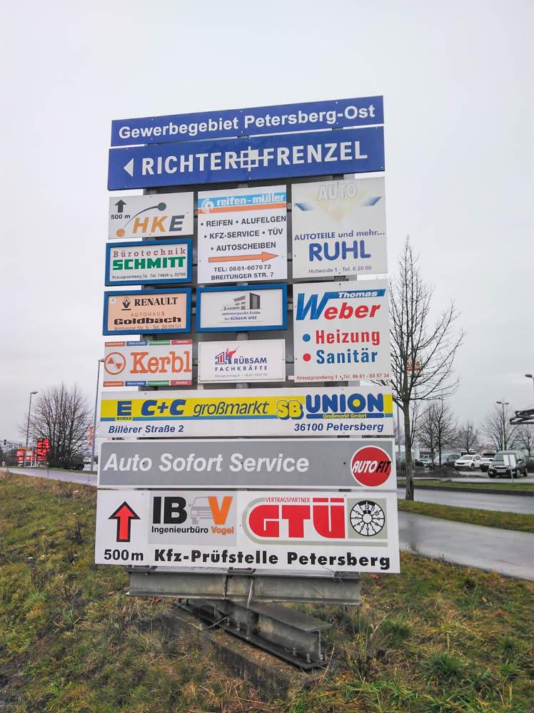 Werbeanlage mit Schildern in Petersberg