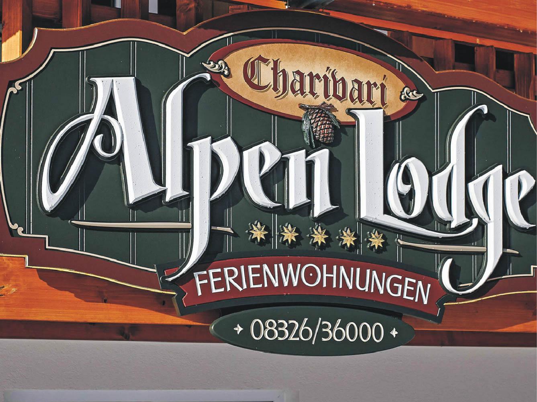 Großes Werbeschild von Alpen Lodge Ferienwohnungen