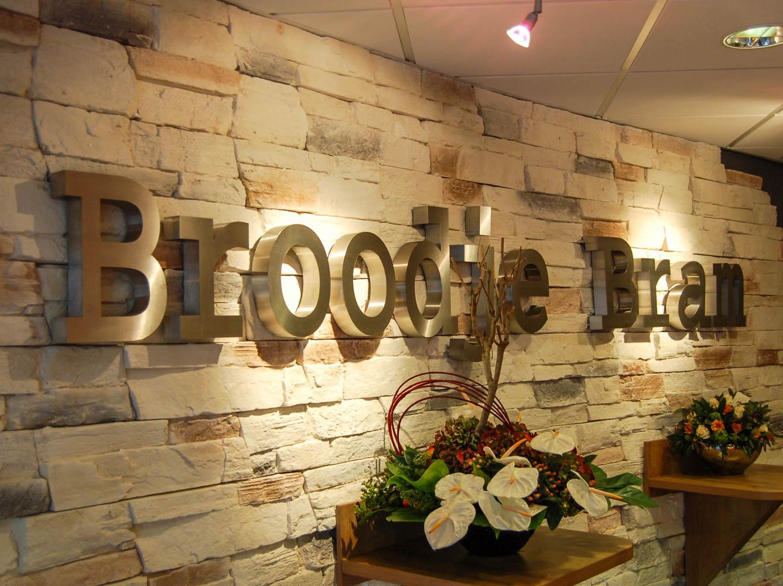 Innenraum Wandschriftzug des Logos von Broodie Bram