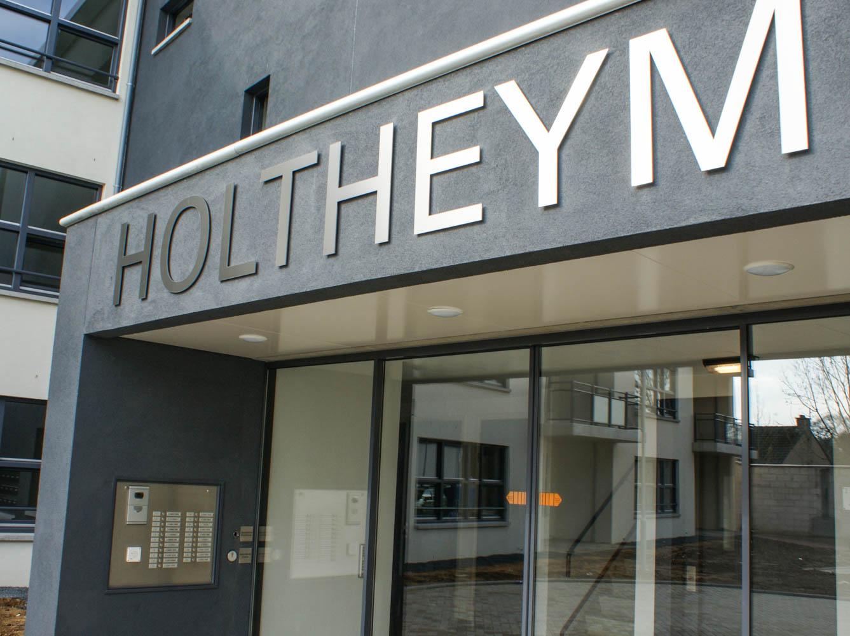 Schild über Haupteingang von HOLTHEYM
